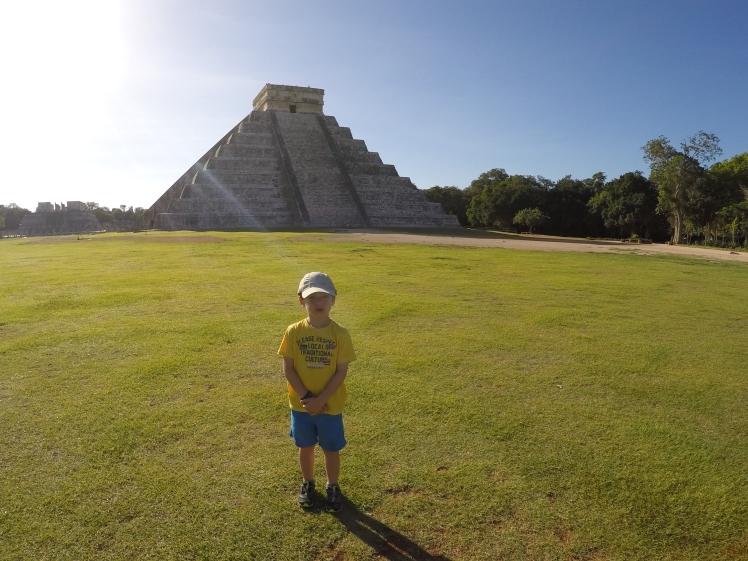 Gaspard devant la pyramide de Chichen Itza