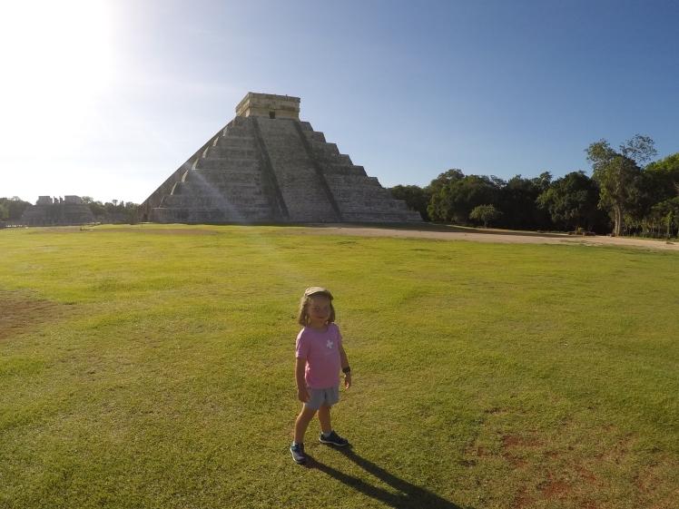 Armance tranquille devant sa pyramide.